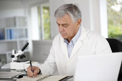 Un docteur en chemise blanche prend des notes