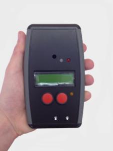 Le boîtier noir a un écran et deux boutons rouges
