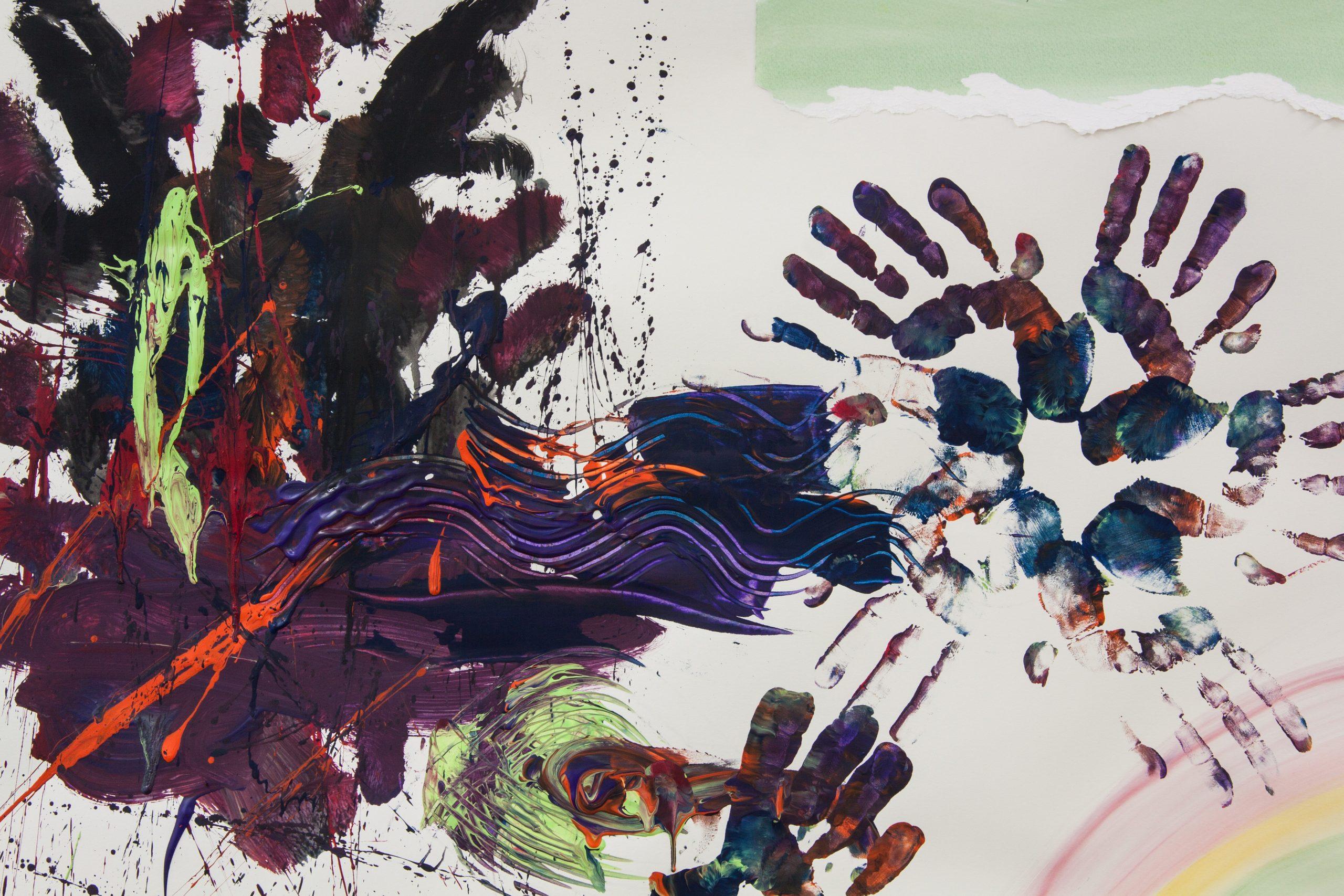 Tableau de peinture à doigts, de couleurs violette, bleue, orange et verte.