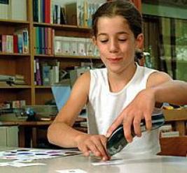 Une jeune femme utilise le Babar sur des cartes.