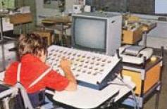 Un jeune homme utilise un grand clavier blanc avec sa main droite