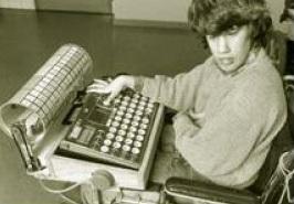Un jeune homme utilise un grand clavier avec sa main droite