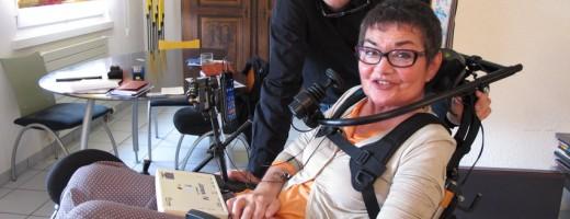 Une femme en chaise roulante essaie un dispositif d'assistance