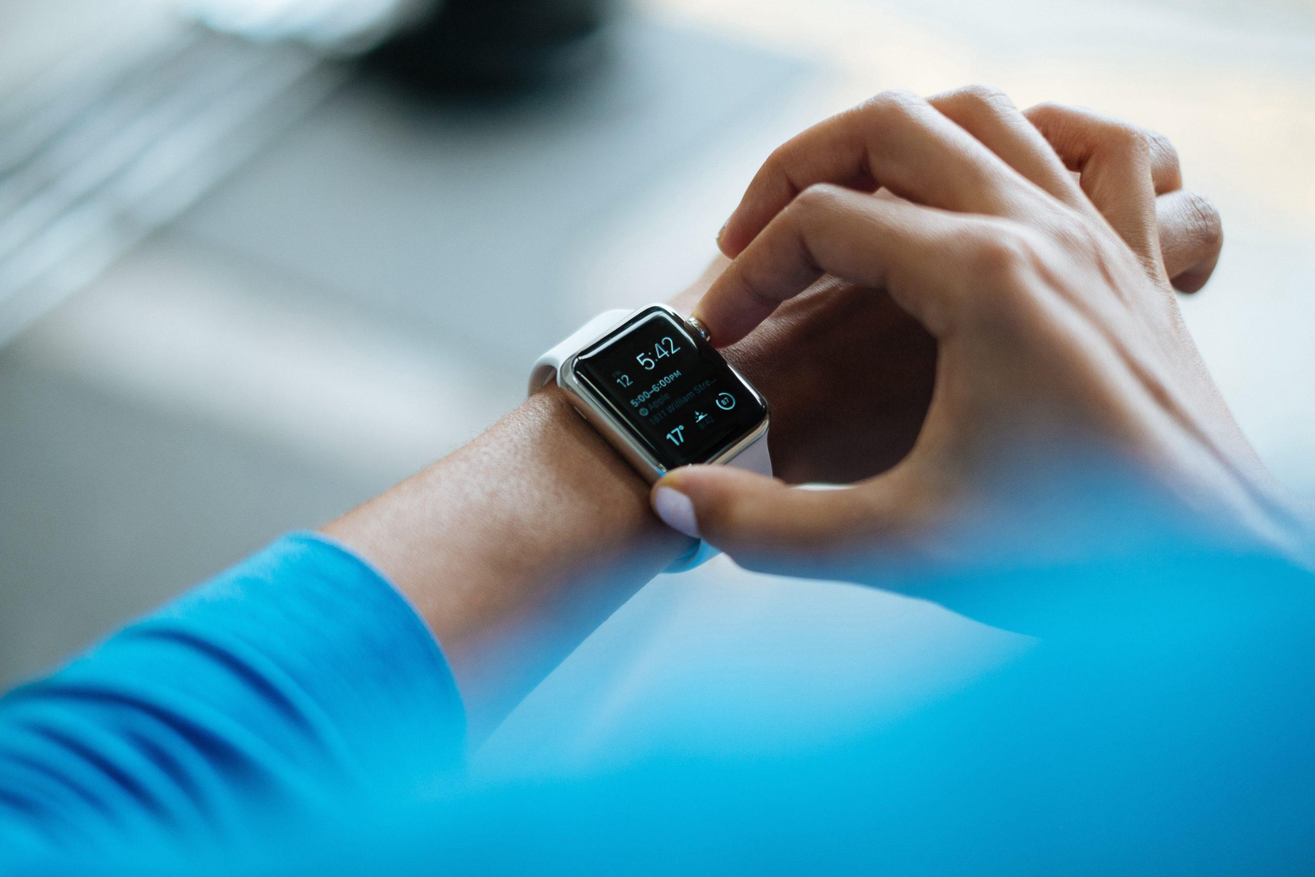Une personne se connectant à une montre smart.