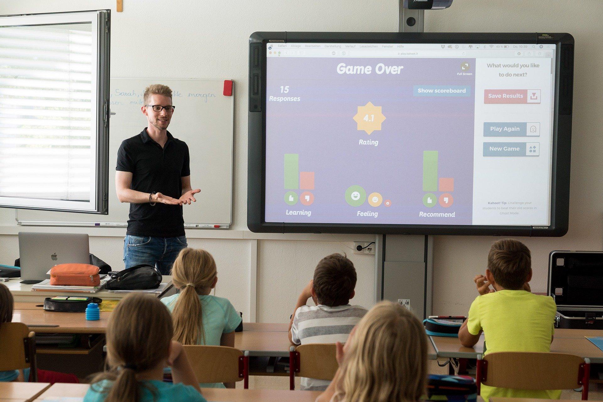 un professeur devant une classe d'enfants