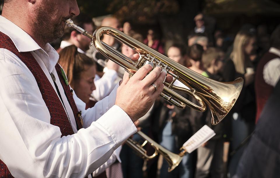 un homme joue de la trompette dans une fanfare