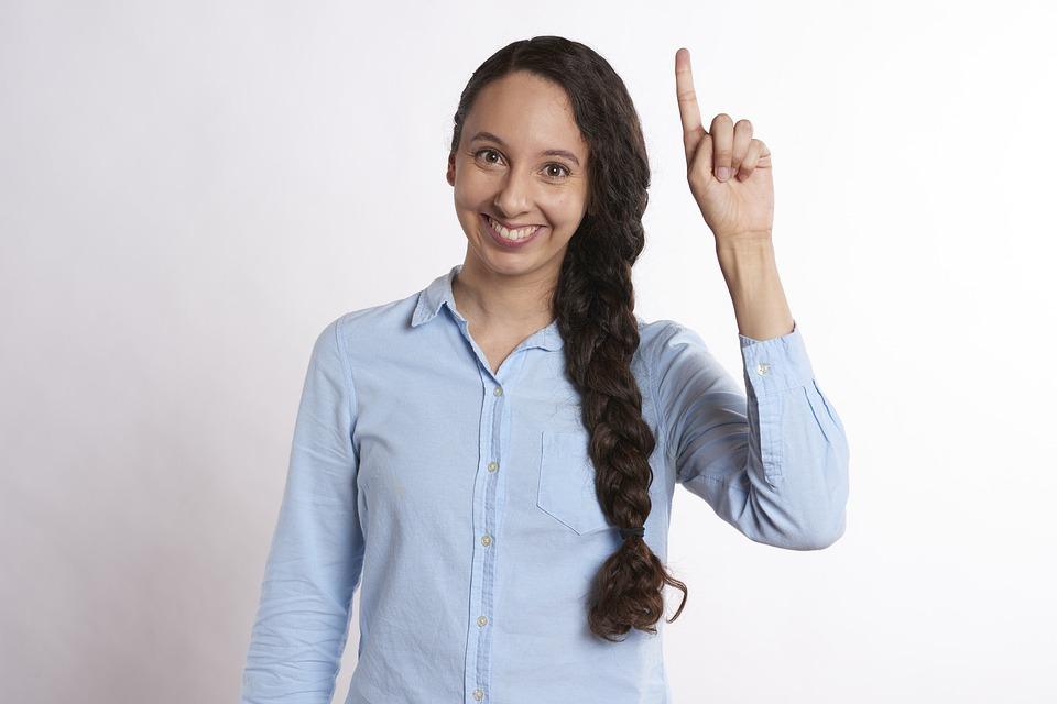 une personne lève la main