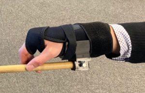 Ein Kunststoffband ermöglicht die Befestigung eines Sticks, um leichter Schlagzeug spielen zu können