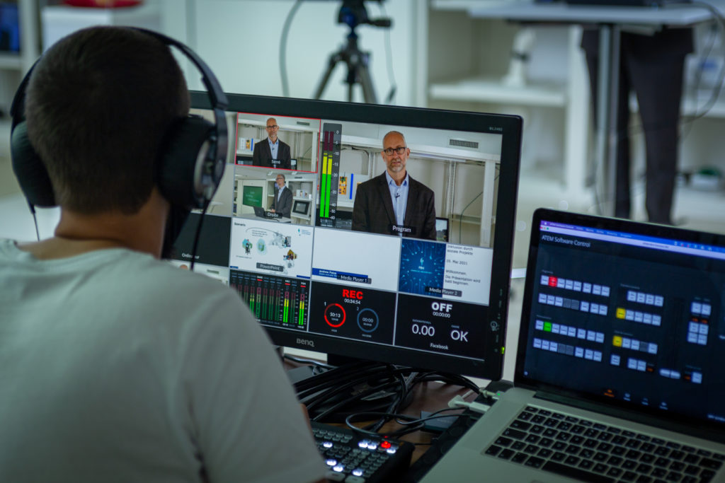 Le vidéaste est devant son ordinateur et gère les différents écrans sur lesquels on voit les prises de vues en simultané.