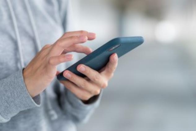Eine Person verwendet ein Smartphone